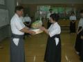 市民大会5位宮坂藤江さんへの賞品授与