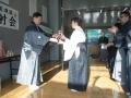 前年優勝清水由紀子へレプリカ贈呈